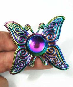 hand spinner papillon arc en ciel dans la main