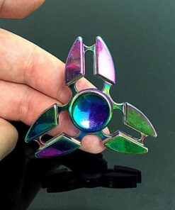 hand spinner triangle arc en ciel dans la main