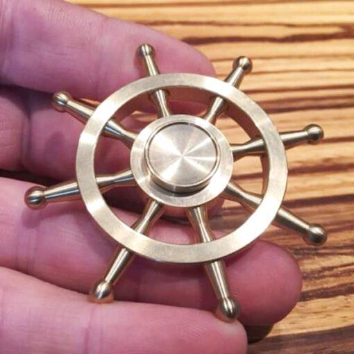 hand spinner volant de bateau dans la main